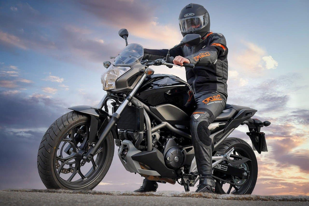 Pozdrowienia motocyklistów – co oznacza ten gest?