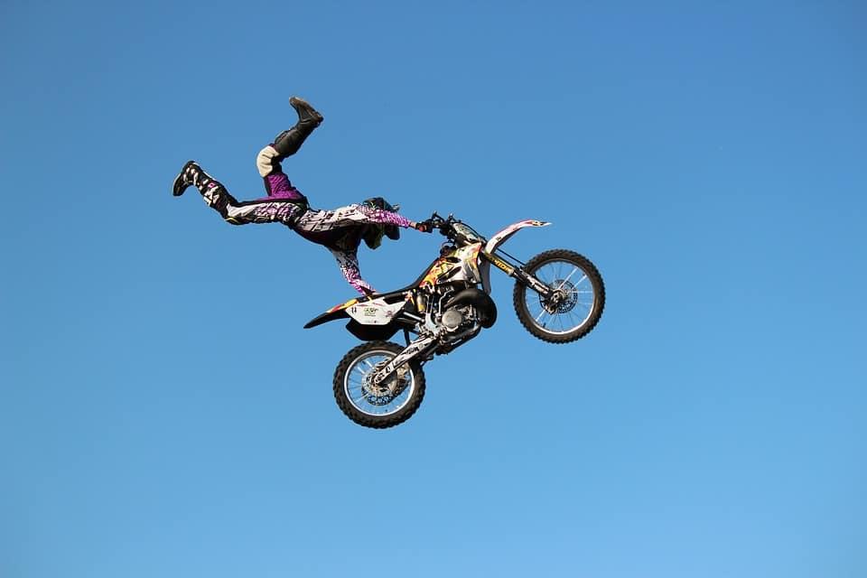 Stunt motocyklowy – co kryje się pod tą nazwą?