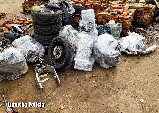 Policja odnalazła dziuplę złodziei. W tle części motocyklowe za 180 tysięcy złotych i czterech aresztowanych