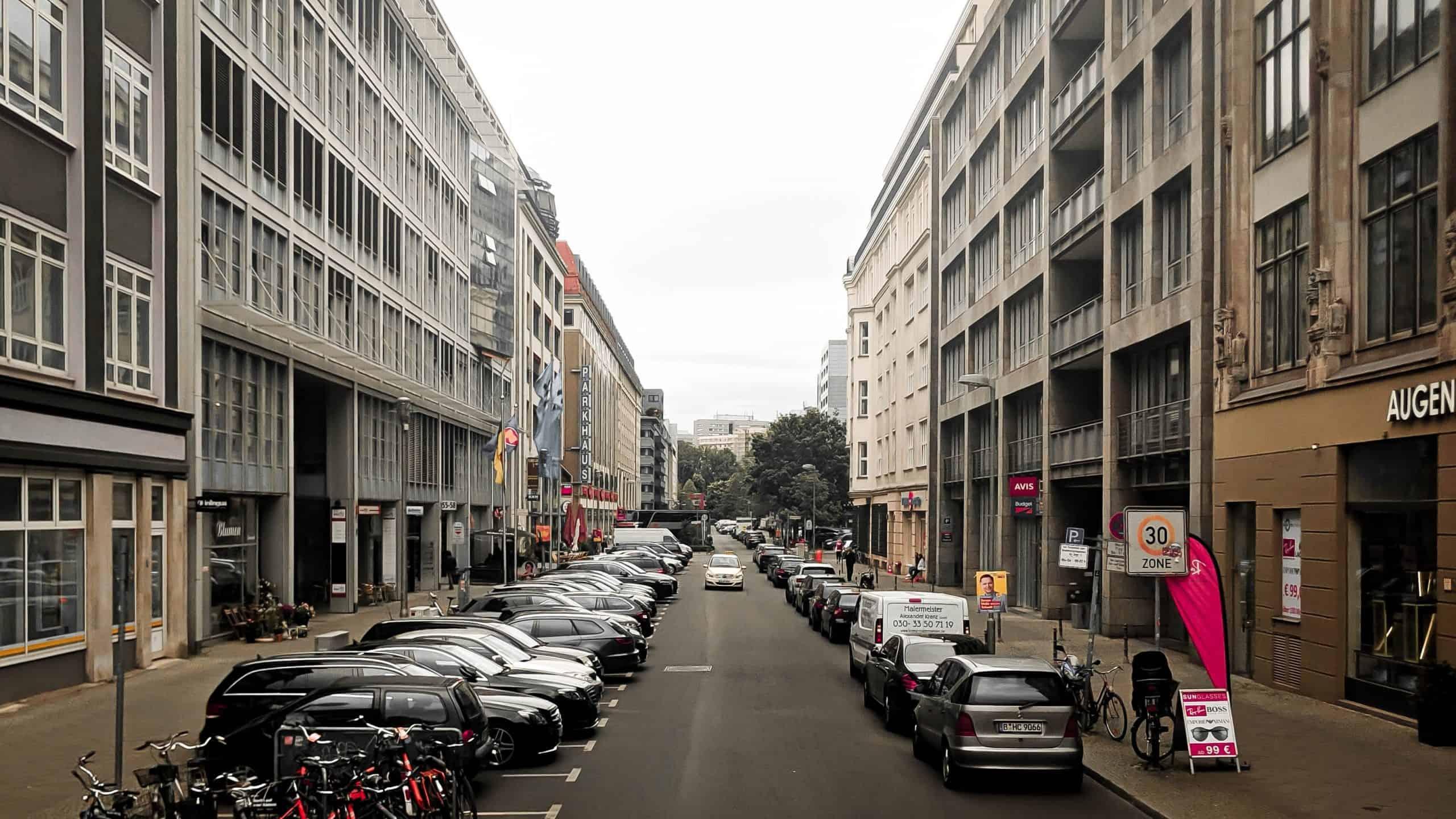 Francuzcy motocykliści znów ucierpią. Rząd wprowadzi opłaty za parkowanie jednośladów?