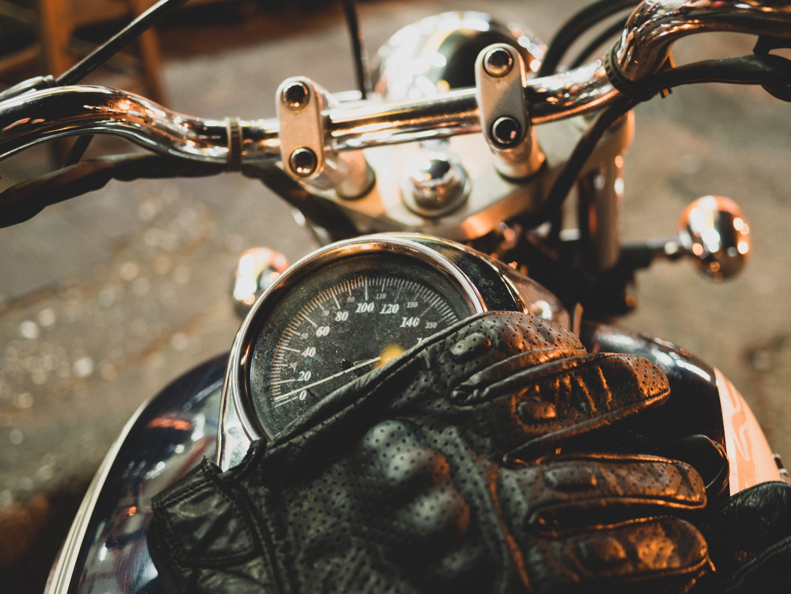 Hiszpania. Rękawice motocyklowe obowiązkowe!