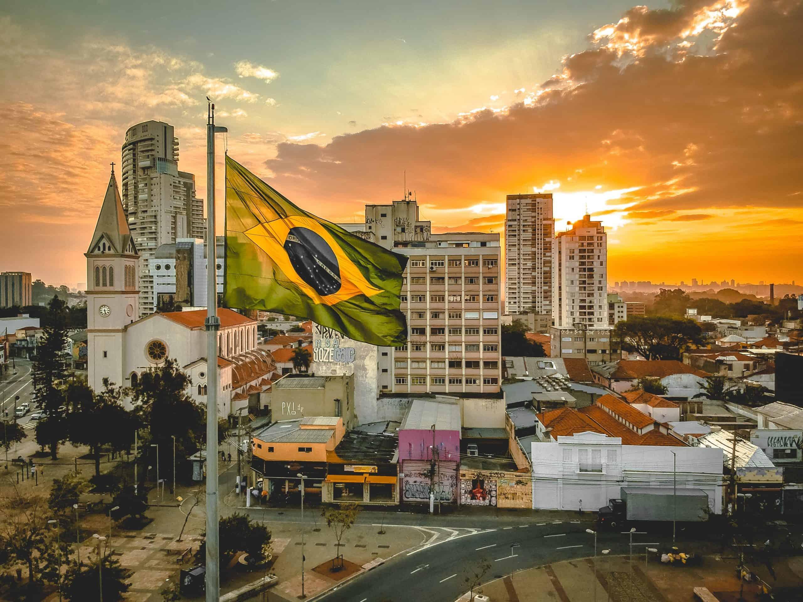 Brazylia. Motocyklista przez 32 kilometry trzymał się ciężarówki, która uderzyła w jego jednoślad [NAGRANIE]