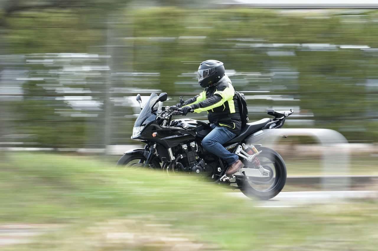 Dlaczego kasku motocyklowego nie powinno się kłaść na ziemi?