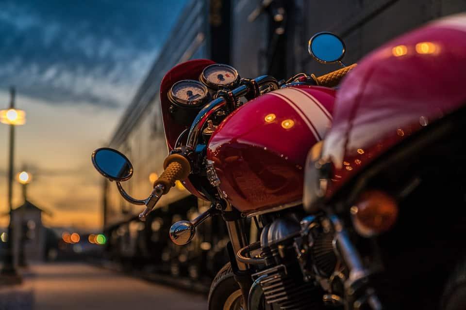 Postoje na motocyklu – jakie zasady powinieneś zachować, aby sprawiły przyjemność?
