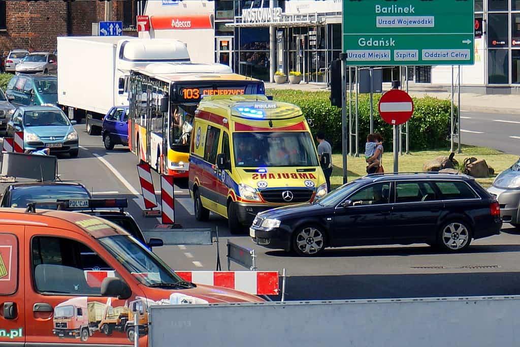 Wypadek z udziałem motocykli i osobówki – trzy osoby zginęły