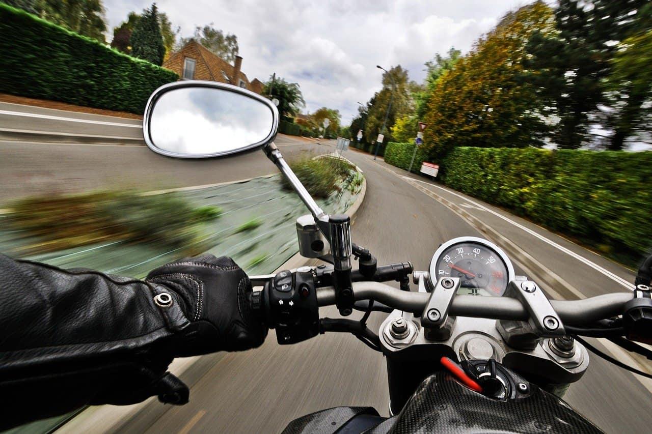 Brazylijski motocyklista prowadzący w klapkach ucieka przed stróżami prawa [NAGRANIE]