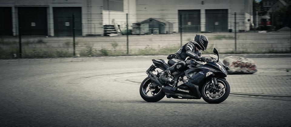 Skręcanie motocyklem – jak robić to płynnie i bezpiecznie?