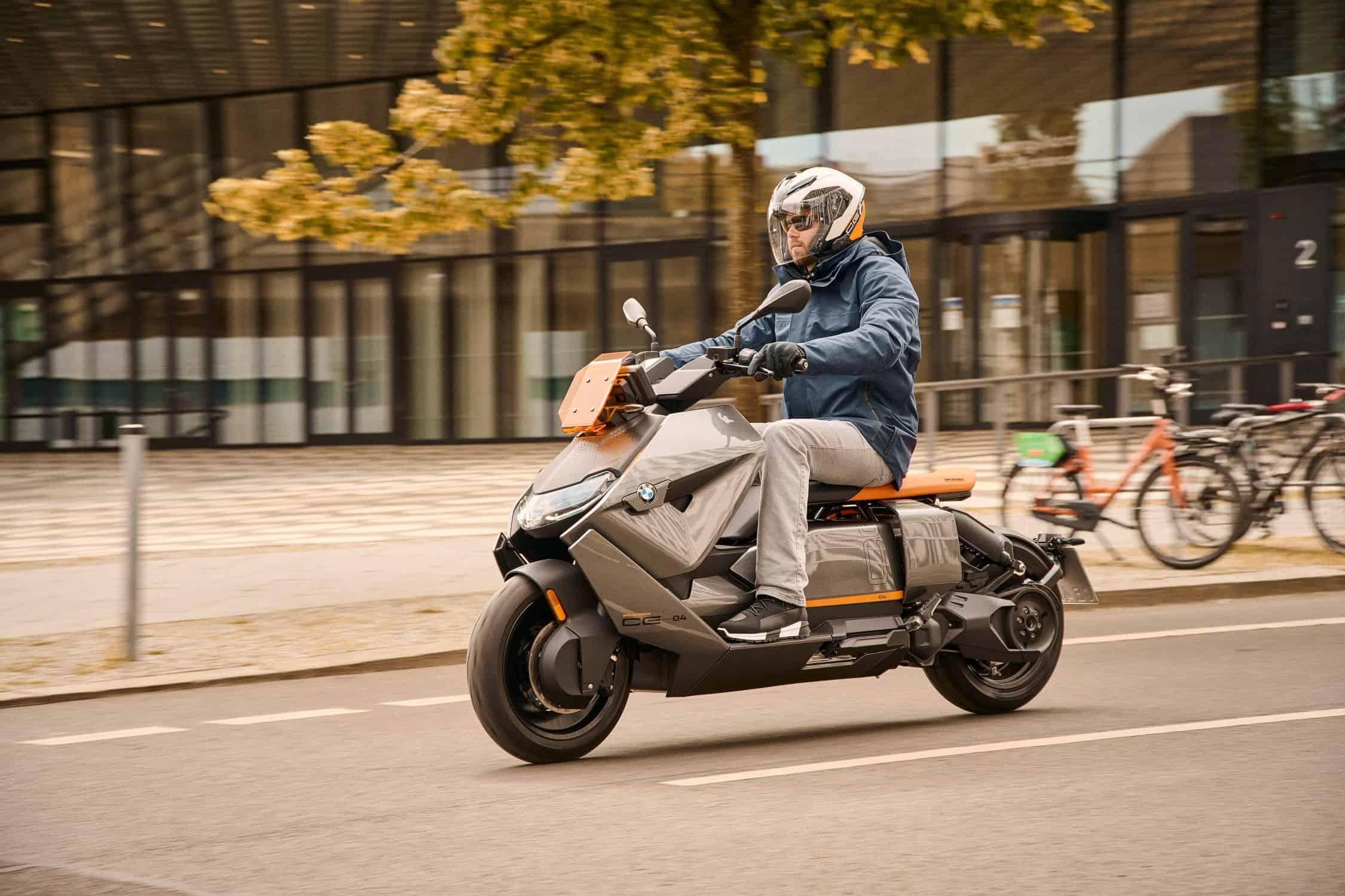 Nowe BMW CE 04: bezgłośna zelektryfikowana rewolucja wśród miejskich jednośladów