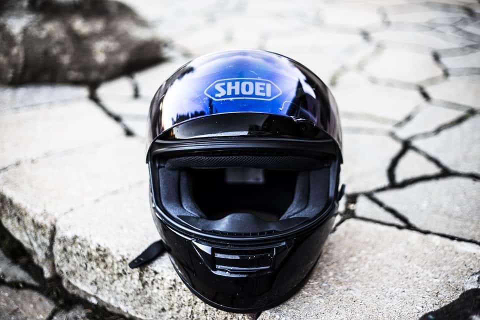Okulary przeciwsłoneczne czy dodatkowa blenda – co lepiej ochroni motocyklistę przed słońcem?