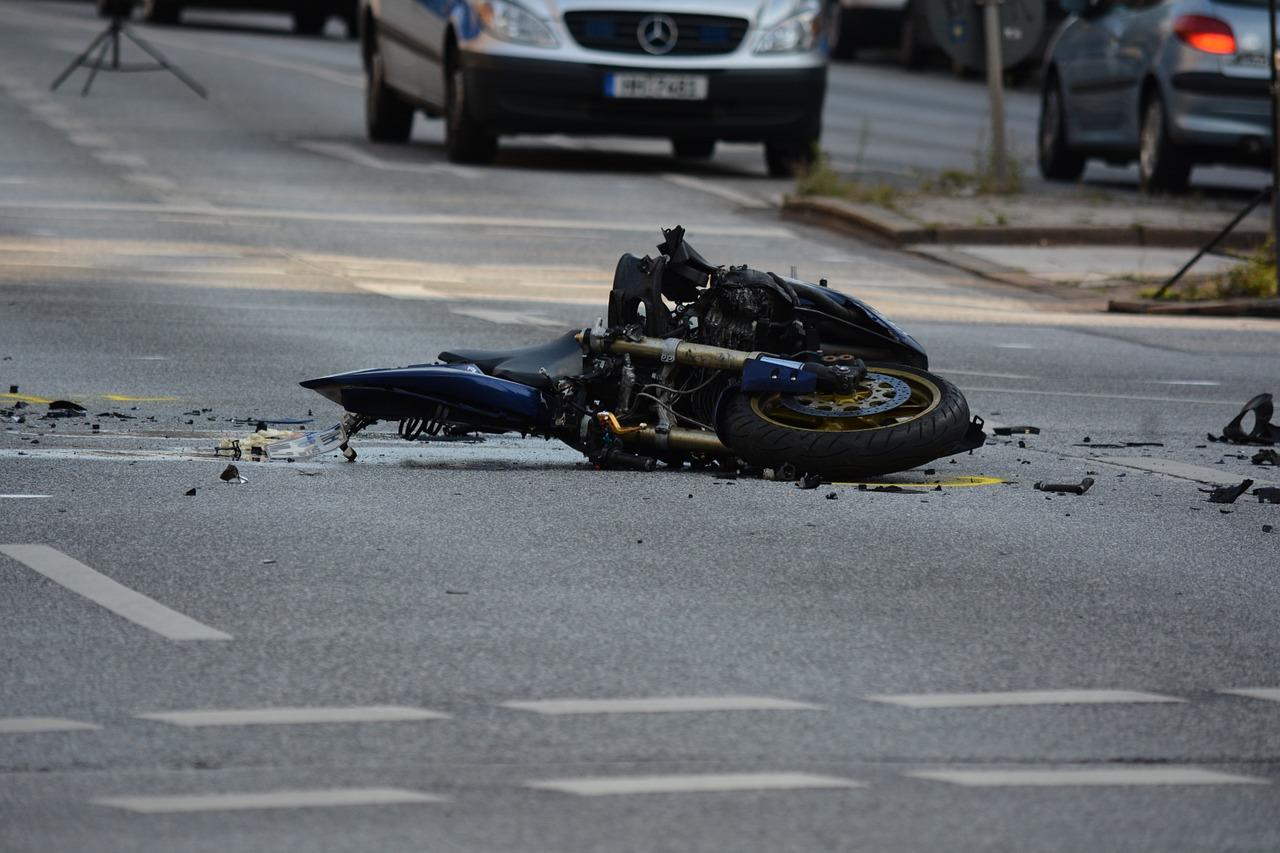 Motocyklista nagle przyspiesza i uderza w osobówkę [NAGRANIE]
