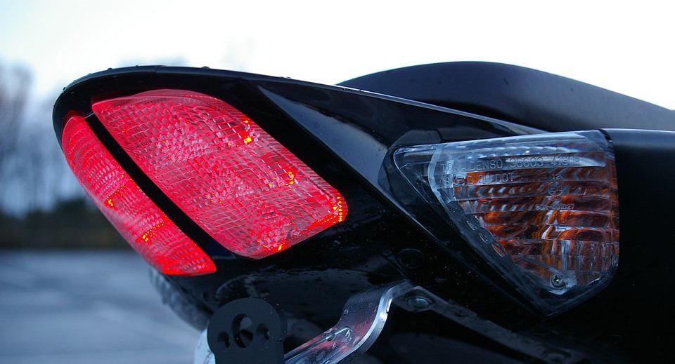 Awaryjne hamowanie motocyklem – w jaki sposób