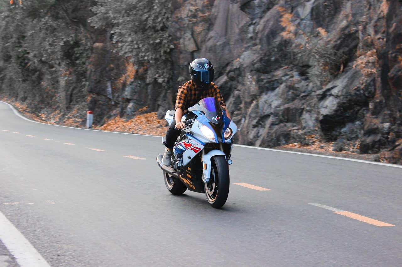 Kłopoty motocyklistów wywołane zakazem jazdy na zderzaku?