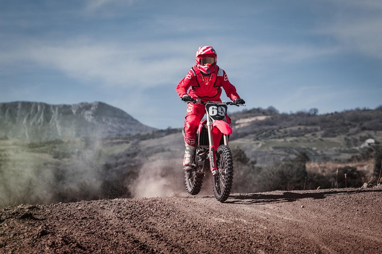 Buty motocyklowe do sportowej jazdy – na co warto zwrócić uwagę?